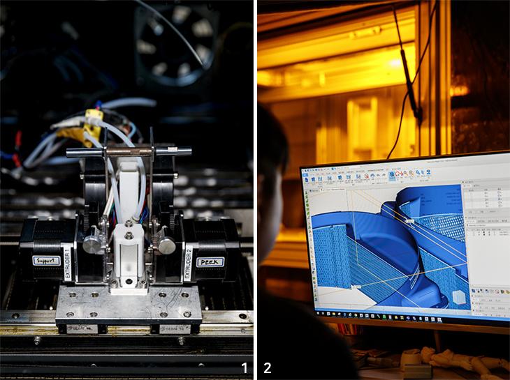 엔지니어링 플라스틱용 3D프린터 'Link-300'과 3D프린터와 연결된 컴퓨터로 제조물 형상 체크
